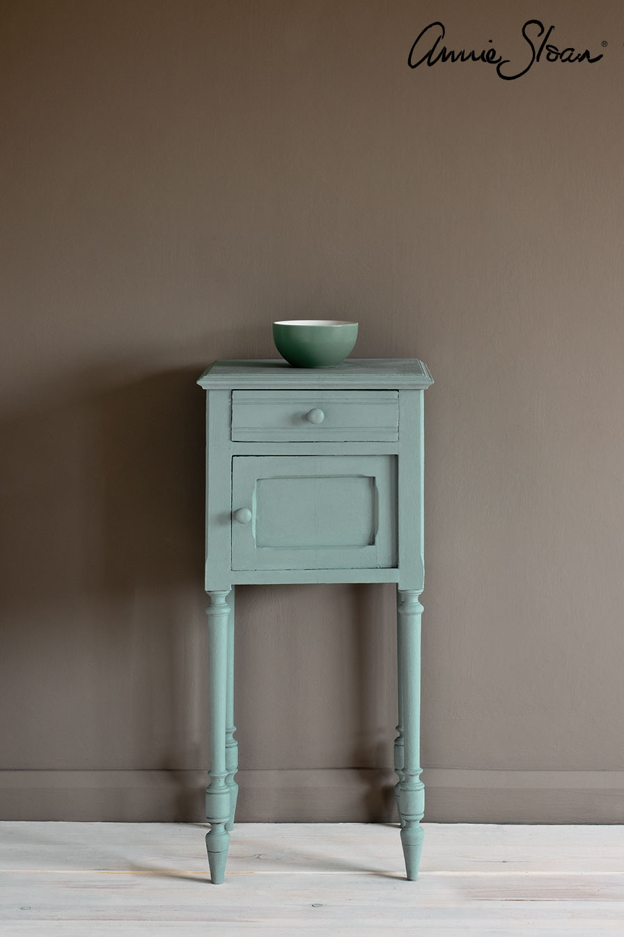 svenska-blue-side-table_-piano-in-olive-curtain_-linen-union-in-graphite-_-old-white-lampshade_-72dpi-image-1